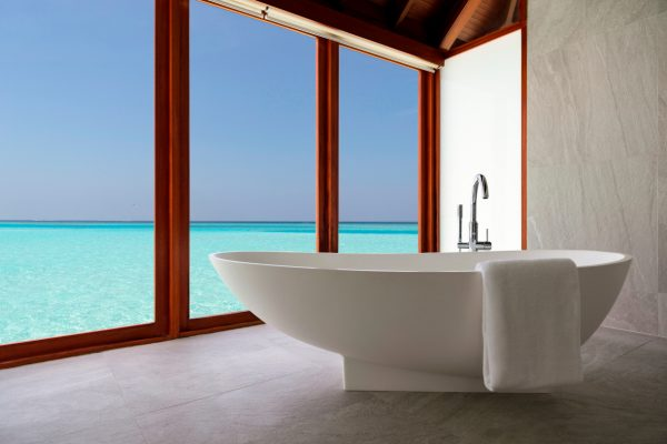 anantara-dhigu-over-water-villa-101-bathtub-Maledivenexperte