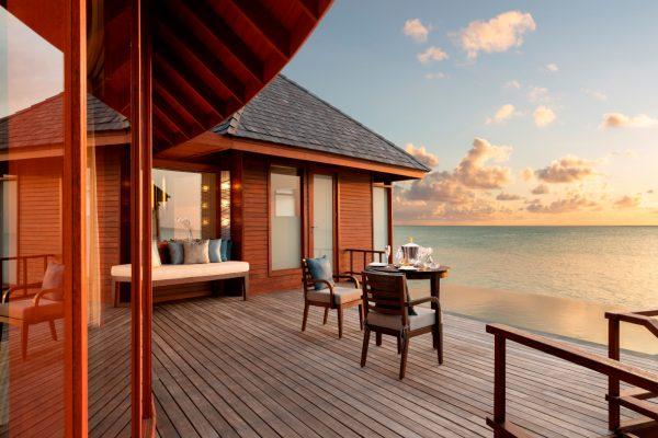 anantara-dhigu-over-water-villa-98-pool-sunset-w-cocktails-Maledivenexperte