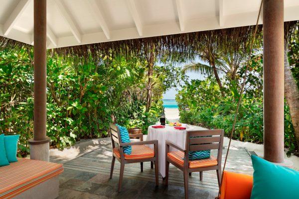 anantara-dhigu-sunrise-beach-villa-balcony-in-out-Maledivenexperte
