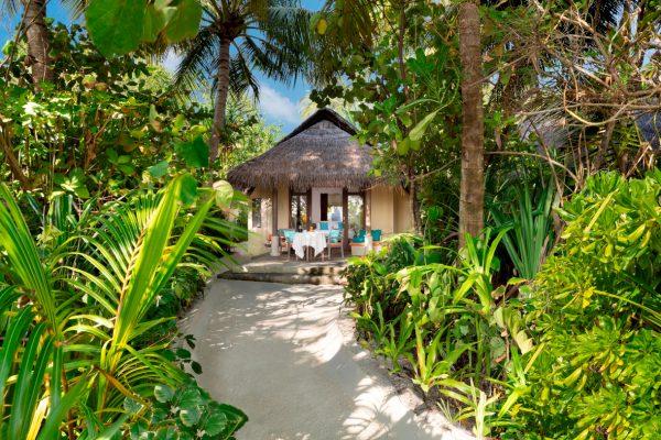 anantara-dhigu-sunrise-beach-villa-path-in-Maledivenexperte