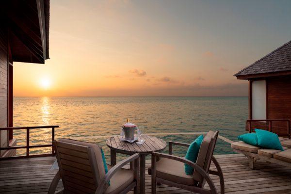anantara-dhigu-sunset-over-water-pool-suite-sunset-Maledivenexperte