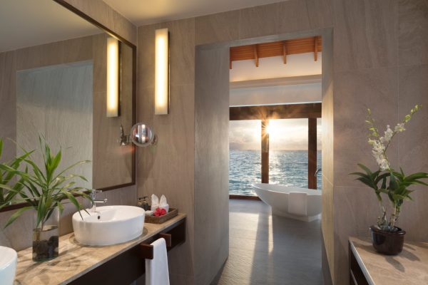 anantara-dhigu-sunset-overwater-pool-suite-bathroom-Maedivenexperte