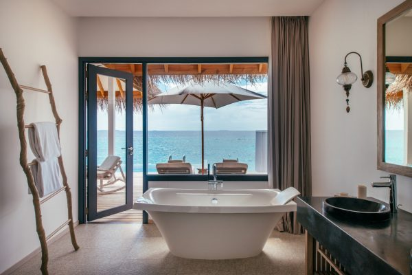 finolhu-seaside-ocean-pool-villa-bathroom-maledivenexperte