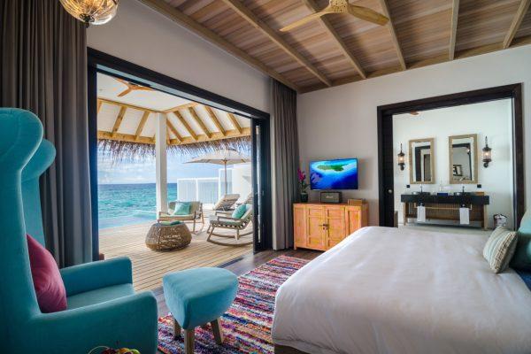 finolhu-seaside-ocean-pool-villa-bedroom-maledivenexperte