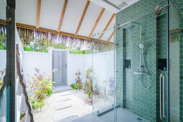 finolhu-seaside--private-pool-villa-bathroom-maledivenexperte