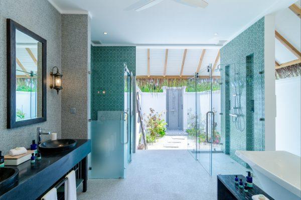 insel-seite-finolhu-beach-villa-bathroom-01-Maledivenexperte