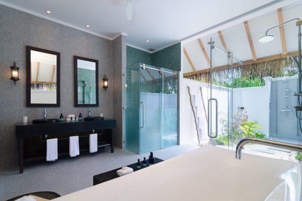 insel-seite-finolhu-beach-villa-bathroom-02-Maledivenexperte