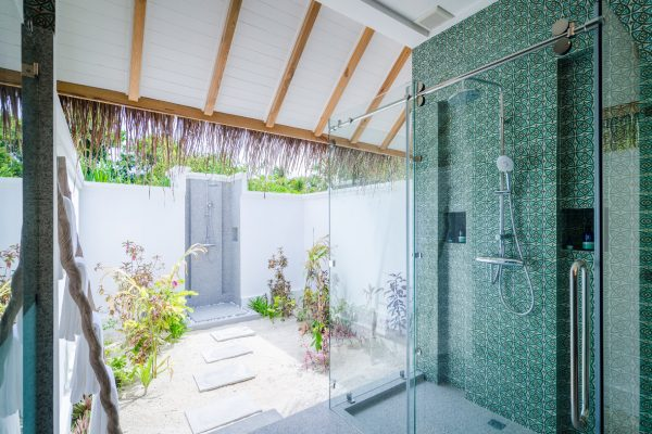 insel-seite-finolhu-beach-villa-bathroom-03-Maledivenexperte