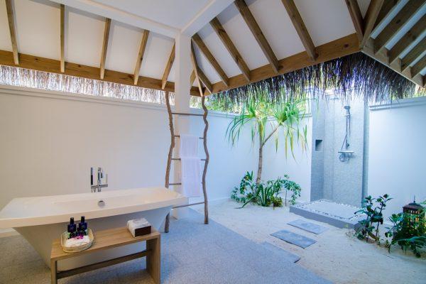insel-seite-finolhu-two-bed-beach-pool-villa-twin-beach-bath-room-Maledivenexperte