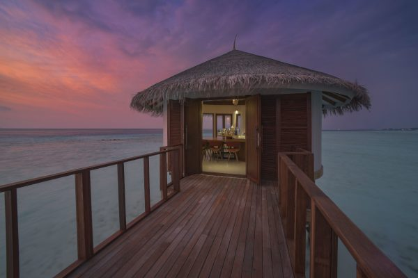 insel-seite-ozen-by-atmosphere-at-maadho-ozen-water-suite-bar-exterior-Maledivenexpert