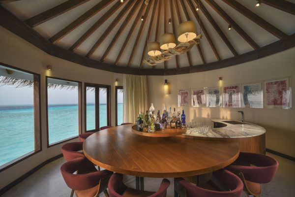insel-seite-ozen-by-atmosphere-at-maadho-ozen-water-suite-bar-interior-Maledivenexpert