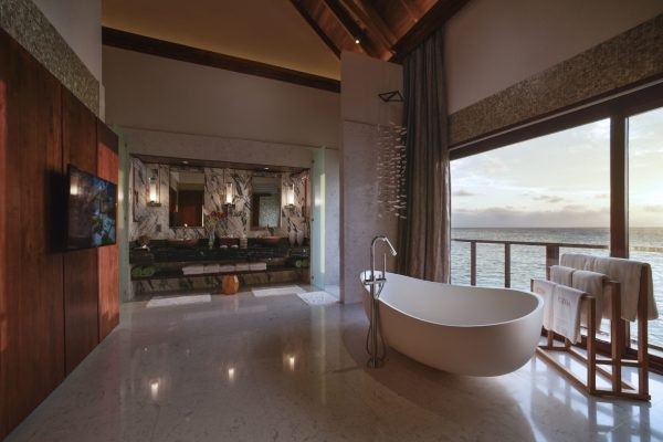 insel-seite-ozen-by-atmosphere-at-maadho-ozen-water-suite-bathroom-Maledivenexperte