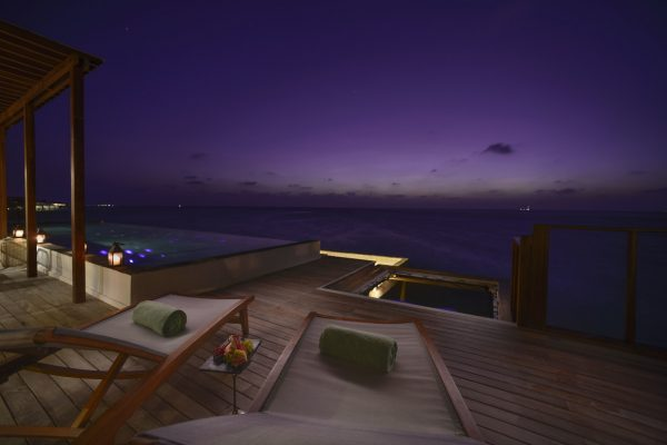 insel-seite-ozen-by-atmosphere-at-maadho-ozen-water-suite-sun-loungers-Maledivenexperte