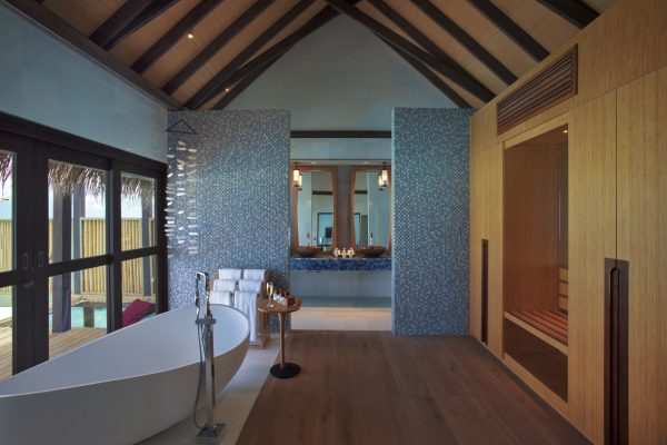 insel-seite-ozen-by-atmosphere-at-maadho-wind-villa-with-pool-bathroom-Maledivenexperte