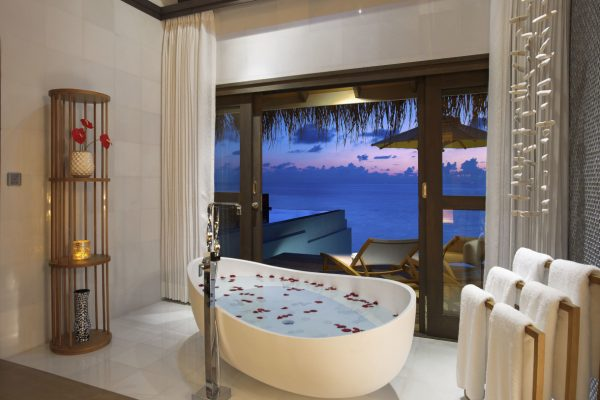 insel-seite-ozen-by-atmosphere-at-maadho-wind-villa-with-pool-bathroom-view-sun-Maledivenexperte