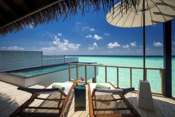insel-seite-ozen-by-atmosphere-at-maadho-wind-villa-with-pool-exterior-deck-01-Maledivenexperte
