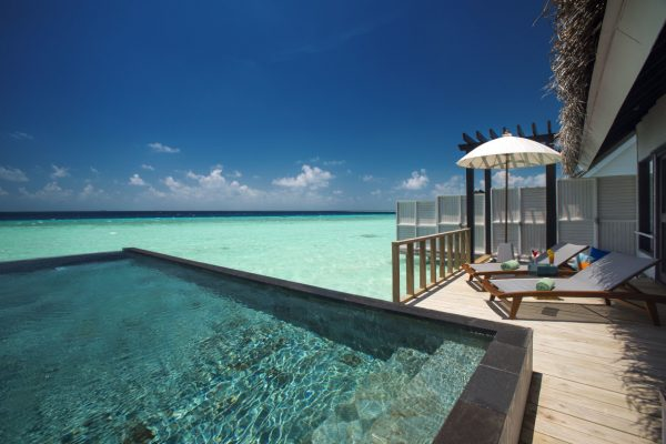 insel-seite-ozen-by-atmosphere-at-maadho-wind-villa-with-pool-exterior-deck-02-Maledivenexperte