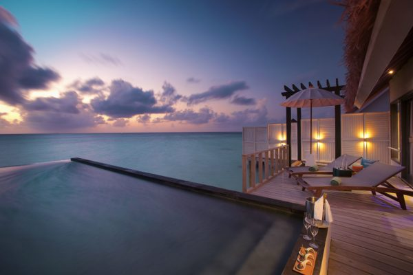 insel-seite-ozen-by-atmosphere-at-maadho-wind-villa-with-pool-exterior-deck-03-Maledivenexperte