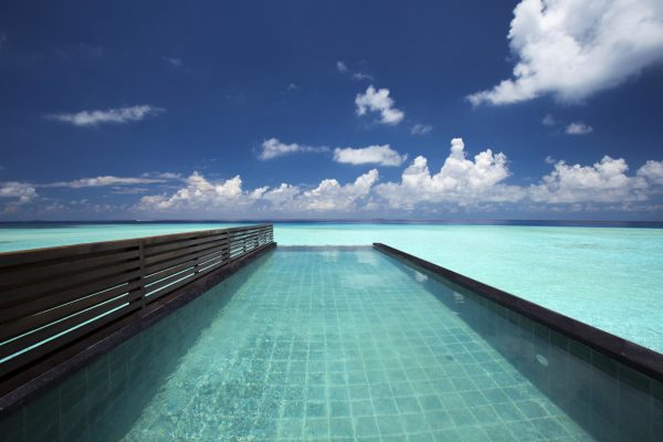 insel-seite-ozen-by-atmosphere-at-maadho-wind-villa-with-pool-pool-Maledivenexperte