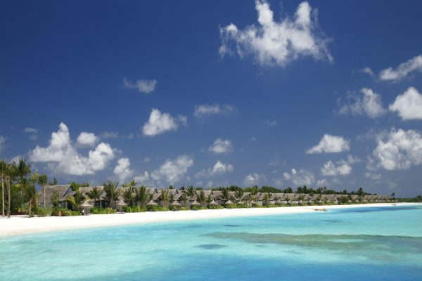 insel-seite-ozen-by-atmosphere-at-maadhoo-earth-villa-with-pool-außen-Maledivenexperte