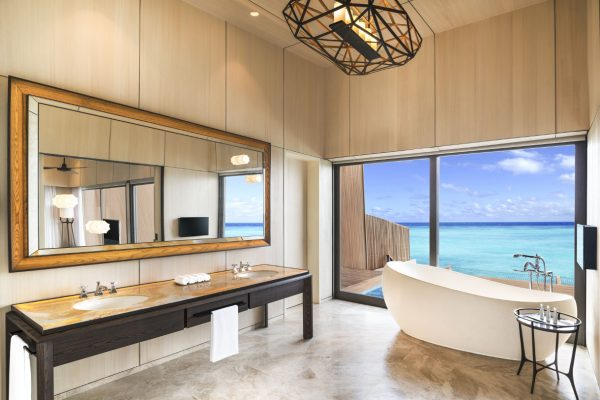 insel-seite-st.-regis-maldives-overwater-villa-with-pool-bathroom-Maledivenexperte