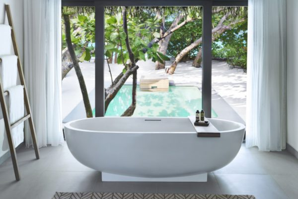 NEU-insel-seite-vakkaru-maldives-beach-pool-villa-bathroom-Maledivenexperte