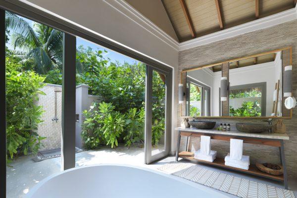 insel-seite-vakkaru-maldives-beach-bungalow-bathroom-Maledivenexperte