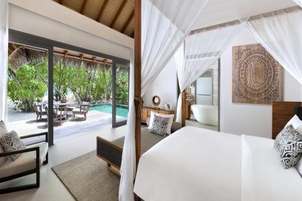 insel-seite-vakkaru-maldives-beach-pool-suite-bedroom-Maledivenexperte