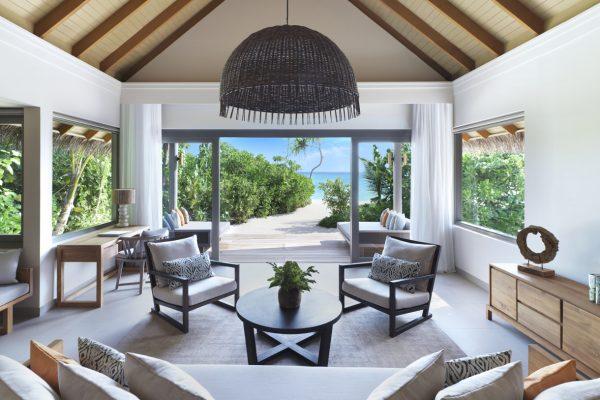 insel-seite-vakkaru-maldives-beach-pool-suite-living-room-Maledivenexperte