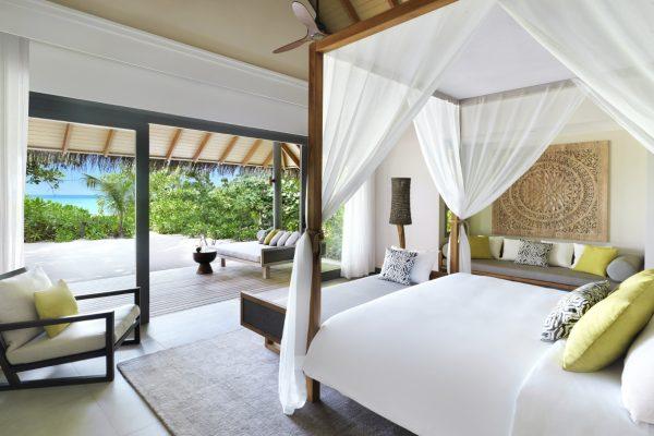 insel-seite-vakkaru-maldives-beach-villa-bedroom-Maledivenexperte