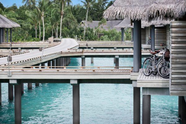 insel-seite-vakkaru-maldives-over-water-villas-jetty-Maledivenexperte