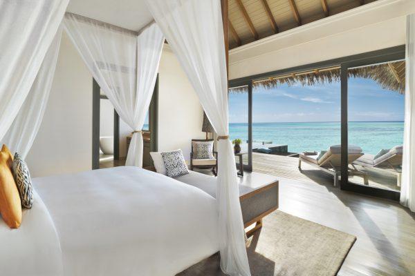 insel-seite-vakkaru-maldives-ow-pool-suite-bedroom-Maledivenexperte