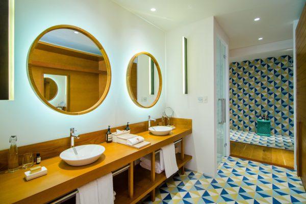 insel-seite-amilla-fushi-4-bedroom-residence-bathroom-Maedivenexperte