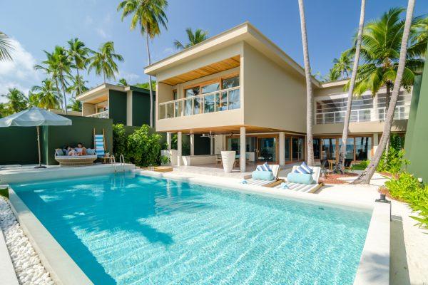 insel-seite-amilla-fushi-4-bedroom-residence-pool-02-Maledivenexperte