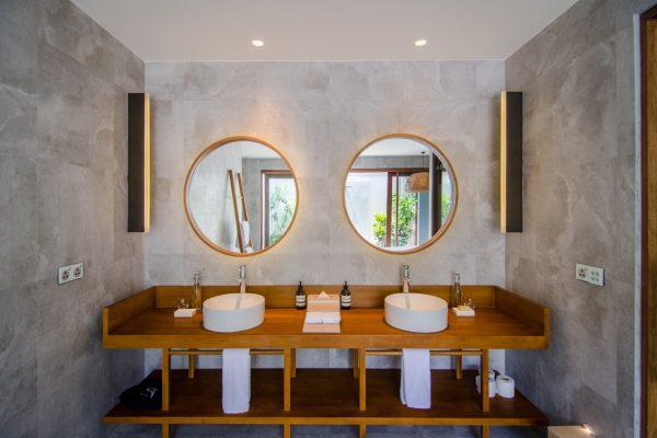 insel-seite-amilla-fushi-beach-house-bathroom-01-Maledivenexperte