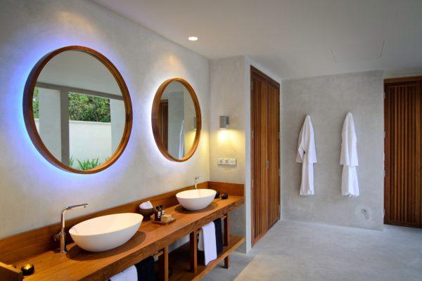 insel-seite-amilla-fushi-beach-house-bathroom-03-Maledivenexperte