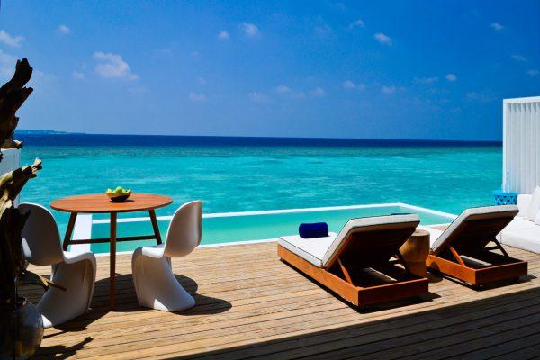 insel-seite-amilla-fushi-lagoon-house-deck-Maledivenexperte