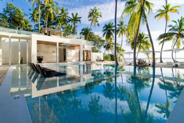 insel-seite-amilla-fushi-the-amilla-estate-6-bedroom-exterior-with-pool-02-Maledivenexperte
