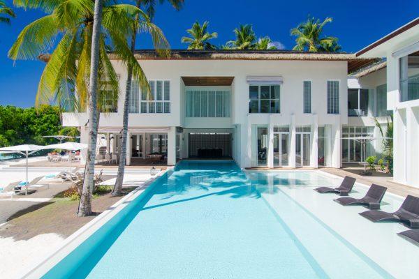 insel-seite-amilla-fushi-the-amilla-estate-6-bedroom-exterior-with-pool-Maledivenexperte