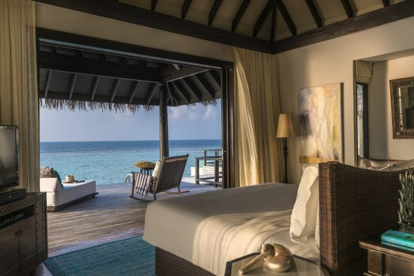 insel-seite-anantara-kihavah-2-bedroom-overwarter-residence-master-bedroom-Maledivenexperte