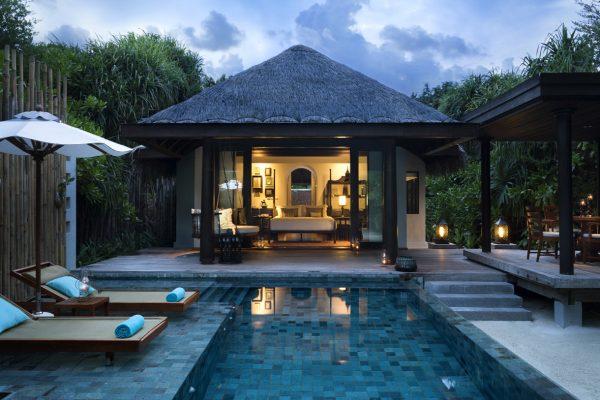 insel-seite-anantara-kihavah-beach-pool-villa-exterior-Mledivenexperte