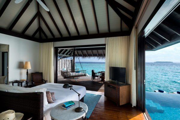 insel-seite-anantara-kihavah-villas-over-water-pool-villa-interior-Maledivenexperte