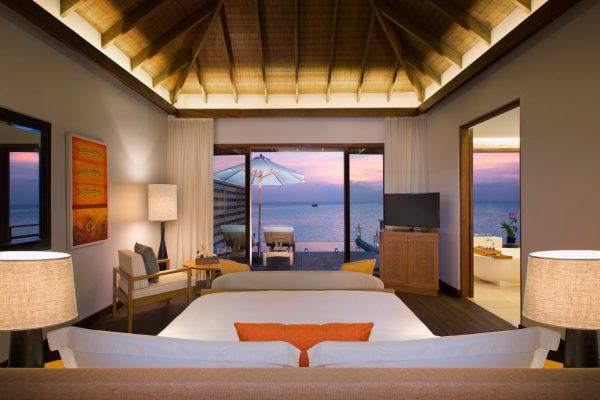 insel-seite-anantara-veli-deluxe-over-water-pool-bungalow-bedroom-02-Maledivenexperte