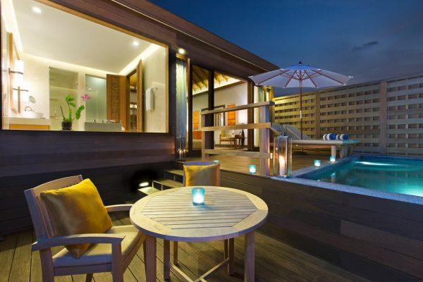 insel-seite-anantara-veli-deluxe-over-water-pool-bungalow-deck-Maledivenexperte