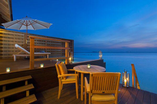 insel-seite-anantara-veli-deluxe-over-water-pool-bungalow-deck-and-ocean-Maledivenexperte