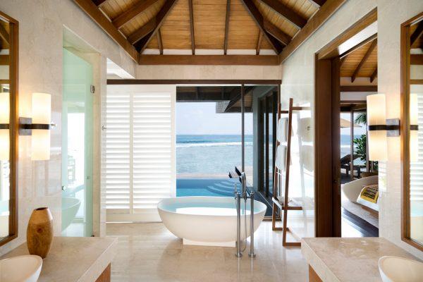 insel-seite-anantara-veli-deluxe-over-water-pool-bungalow-interior-Maledivenexperte