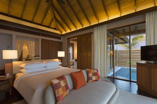 insel-seite-anantara-veli-ocean-pool-bungalow-bed-pool-view-Maledivenexperte