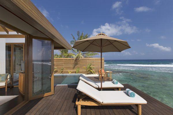insel-seite-anantara-veli-ocean-pool-bungalow-pool-deck-Maledivenexperte