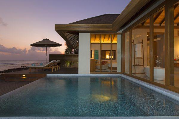 insel-seite-anantara-veli-ocean-pool-bungalow-pool-dusk-Maledivenexperte