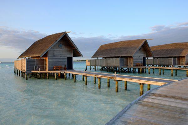 insel-seite-como-cocoa-island-loft-villas-walkway-Maledivenexperte